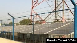 Les panneaux solaires installés à Badougou-Djoliba, Mali, le 10 décembre 2017. (VOA/Kassim Traoré)