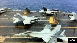 星期天美國和南韓海軍在黃海進行聯合軍事演習。圖為喬治•華盛頓號航空母艦上的戰鬥機