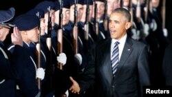 바락 오바마 미국 대통령이 16일 베를린 테겔 국제공항에 도착해 의장대를 사열하고 있다.