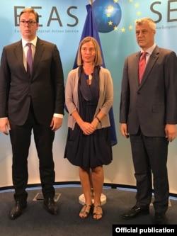Predsjednik Srbije Aleksandar Vučić, visoka predstavnica EU za spoljnu politiku i bezbjednost Federica Mogherini i predsjednik Kosova Hašim Tači, nakon sastanka delegacija Beograda i Prištine u Briselu, 24. juna 2018.