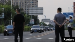 A group of vehicles arrives to a hotel where U.S. Deputy Secretary of State Wendy Sherman met with Chinese officials, in Tianjin, China July 25, 2021. (REUTERS/Tingshu Wang)