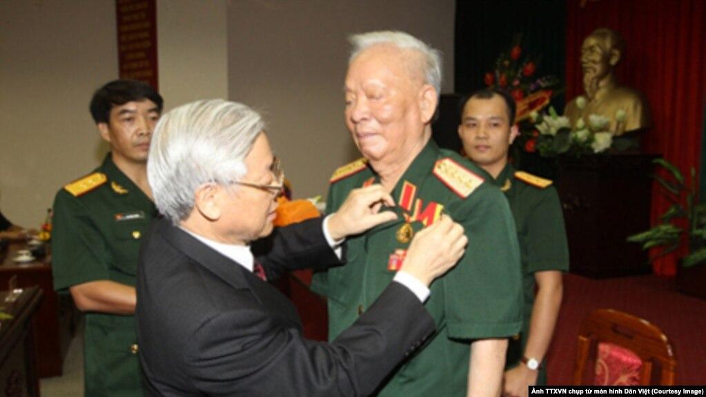 Năm 2013, Tổng Bí thư Nguyễn Phú Trọng đã trao Huy hiệu 75 năm tuổi Đảng cho Đại tướng, nguyên Chủ tịch nước Lê Đức Anh. (Ảnh: TTXVN) (Chụp từ màn hình Dân Việt)