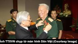 Năm 2013, Tổng Bí thư Nguyễn Phú Trọng đã trao Huy hiệu 75 năm tuổi Đảng cho Đại tướng, nguyên Chủ tịch nước Lê Đức Anh. (Ảnh: TTXVN)