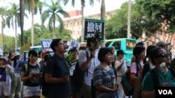 """台灣民眾星期天在台北的教育部門前示威遊行,聲援反對""""黑箱課綱""""的學生,要求教育部長下台 (2015年8月2日 楊明拍攝)"""