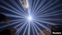 Un espectáculo de luces en Nueva York rinde homenaje esta semana a las víctimas de los ataques terroristas del 9 de Sep. 2001.