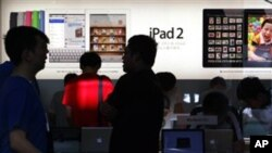 Para pengunjung di sebuah gerai Apple di Beijing (2/7). Apple membayar 60 juta dolar untuk menggunakan merek dagang iPad di Tiongkok.