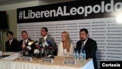El abogado Juan Carlos Gutiérrez (al centro) en rueda de prensa junto a la esposa de Leopoldo López, Lilian Tintori (Foto: La Patilla).