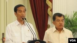 Presiden Joko Widodo (kiri) dengan wapres Jusuf Kalla