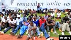 Des Rwandais commémorant le 20è anniversaire du génocide, à Kigali, Rwanda
