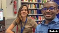 Bolseira colaboradora da Biblioteca dos Estudos Políticos ajudando a seleccionar materiais online