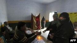 Giới chức bầu cử Ấn Ðộ đóng dấu lên tạy cử tri trước khi bỏ phiếu tại Gonda, ngày 8/2/2012
