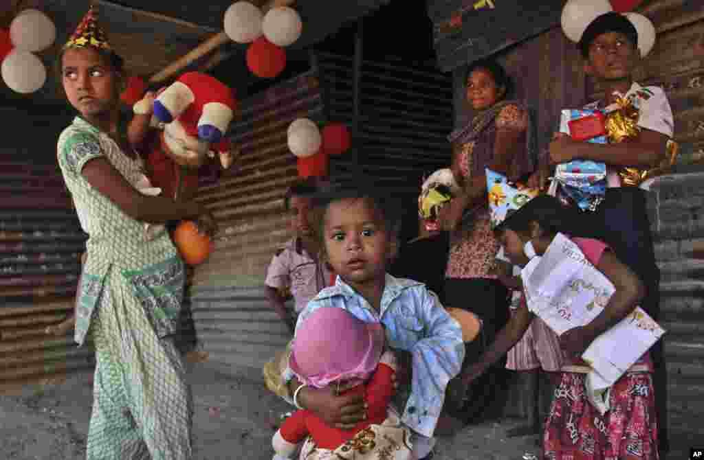 En la India un país en donde los cristianos son una minoría, muchas organizaciones occidentales aprovechan el día de Navidad, para regalar juguetes a niños pobres del país.