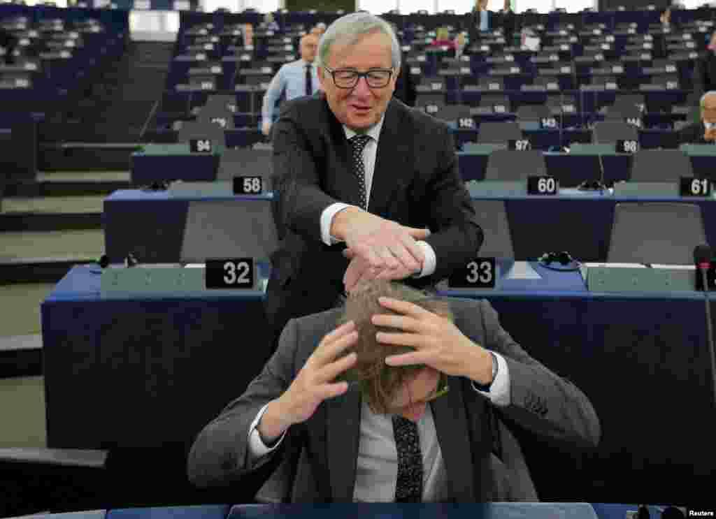Fransa - Strasburq, Avropa Komissiyasının prezidenti Jan Klod Janker Avropa Birliyinın Brexit müzakirəçisi Qay Verofştatla zarafat edir