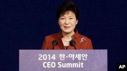 11일 한국 부산에서 한-아세안 특별정상회의가 열린 가운데, 박근혜 한국 대통령이 'CEO 서밋' 개막식에서 연설하고 있다.