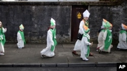 Niños vestidos como San Patricio participan anualmente en el desfile en Dublín, Irlanda.