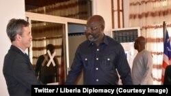 Le nouveau président libérien George Weah, à droite, salue le rapporteur de l'ONU sur la liberté d'expression, David Kaye, à Monrovia, Liberia, 9 mars 2018. (Twitter/Liberia Diplomacy).