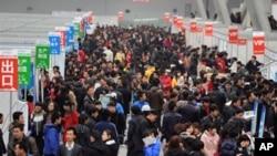 2月26日中國一場招工會上人群如潮。