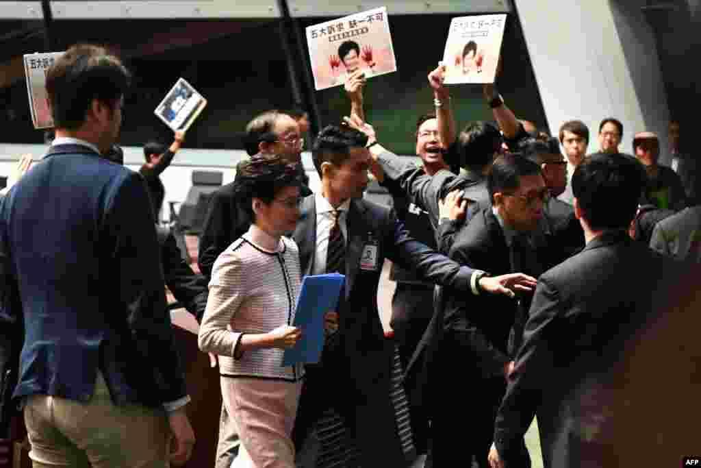 Honq Konqun baş icraçısı Karri Lam illik siyasət çıxışı zamanı demokratiya tərəfdarı qanunvericilərin etirazı nəticəsində palatanı tərk edir.