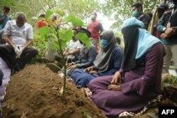 Sekelompok pengungsi Rohingya saat penguburan sesama pengungsi yang tiba di Lhokseumawe, Aceh, tanggal 7 September 2020, dan meninggal dunia 8 September 2020.