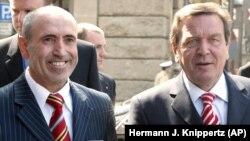 İşadamı Kemal Şahin (solda) Almanya'nın eski başbakanı Gerhardt Schröder'le (2004)
