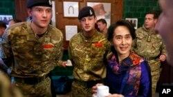 ၂၀၁၃ ေအာက္တိုဘာလတုန္းက ေဒၚေအာင္ဆန္း စုၾကည္ Royal Military Academy Sandhurst ကိုသြားေရာက္စဥ္