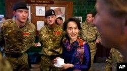 ျပည္သူ႔လႊတ္ေတာ္ကုိယ္စားလွယ္၊ ျမန္မာ့ဒီမိုကေရစီေခါင္းေဆာင္ ေဒၚေအာင္ဆန္းစုၾကည္ ၿဗိတိ္န္ေတာ္ဝင္စစ္တကၠသိုလ္ Sandhurst iဗိုလ္ေလာင္းမ်ားႏွင့္ လက္ဖက္ရည္အတူေသာက္ေနစဥ္။ (ေအာက္တိုဘာ ၂၅၊ ၂၀၁၃)