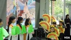 Chương trình có phần ca, vũ phản ánh văn hóa Việt, nói lên đau thương vượt biển vượt biên và nỗi lòng lưu vong. (Hình: Bùi Văn Phú)