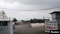 Yon sant kote yon kon trete moun ki atrape viris Ebola a nan Paynesville, Liberya. Foto:16 jiyè, 2015. REUTERS/James Giahyue.