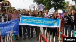 6月2日河内示威者在警察设置的路障前举行反华抗议行动