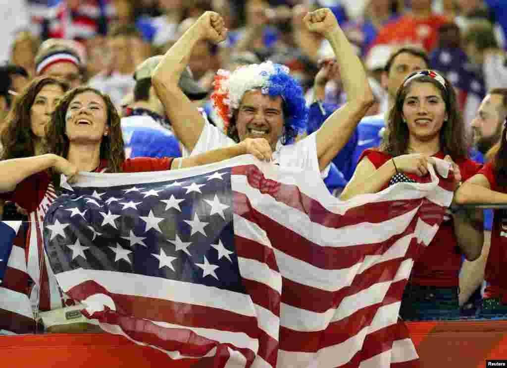 Des supporteurs de l'équipe américaine célèbrent Etats-Unis sur l'Allemagne (2-0) en demi-finale de la Coupe du Monde/Dames 2015 de la FIFA au Stade olympique, le 30 juin 2015 à Montréal, Québec. Credit: Michael Chow-USA Today Sport - RTX1IIML