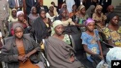 ARHIVA - Devojčice iz Čiboka, koje su nigerijske vladine snage oslobodile od ekstremističke grupe Boko Haram, Abudža u Nigeriji 13. oktobar 2016.