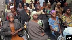 Des lycéennes de Chibok récemment libérées des mains du groupe Boko Haram, Abuja, Nigeria, 13 octobre 2016.