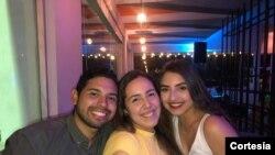 Los jóvenes venezolanos de clase media se planifican para salir de noche a restaurantes y bares con ofertas atractivas a pesar de la crisis. [Foto: Cortesía Hillary Sánchez]