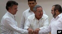De gauche à droite: le président colombien Juan Manuel Santos, le président cubain Raoul Castro et Timoleon Jimenez des FARC.