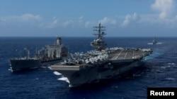 美国核动力航空母舰里根号(USS Ronald Reagan)在朝鲜半岛西南部水域进行海上补给 (2017年10月9日)