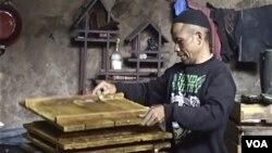 Seorang pembuat tahu Sentra Produksi Tahu Cibuntu di kota Bandung. (VOA/R. Teja Wulan)