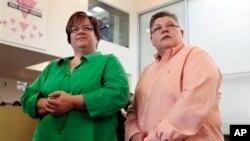 April DeBoer, trái, và Jayne Rowse, lắng nghe 1 câu hỏi trong 1 cuộc họp báo ở Ferndale, Michigan, thứ Sáu 21/3/2014