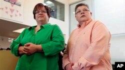 April DeBoer y Jayne Rowse, dos enfermeras que forman pareja hace ocho años demandaron que la ley violaba sus derechos.