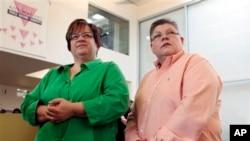 密歇根州的德波爾(左)和盧維思在記者會上聆聽聯邦法院就同性婚姻禁令的消息