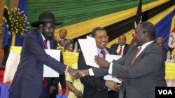 ປະທານາທິບໍດີ Salva Kiir (ຊ້າຍ) ຈັບມືກັບ ຫົວໜ້າກະບົດ ທ່ານ Riek Machar (ຂວາ).