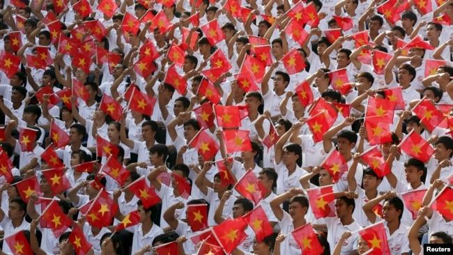 """Học sinh Việt Nam diễn tập mừng ngày """"giải phóng."""" (Hình: REUTERS/Kham)"""