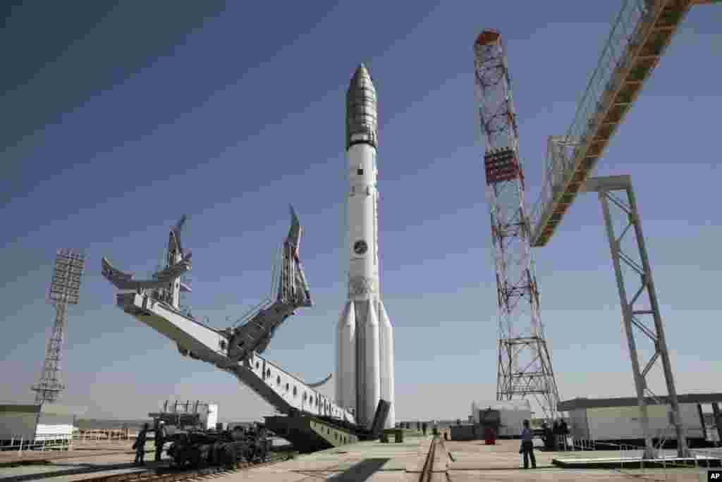 راکت پروتون - ام در تاسیسات فضایی بایکانور روسیه در قزاقستان آمادۀ پرتاب است.