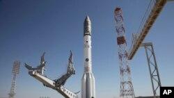 Roket Proton-M dipasang di Kazakhstan, 13 Mei 2014. Peluncuran roket yang membawa satelit Meksiko hari Sabtu, 16 Mei 2015 mengalami kegagalan dan memicu penyelidikan. (AP)
