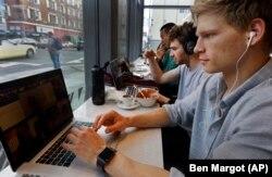 Онлайн-курси дозволяють студентові навчатися в зручний для нього час, у зручному місці