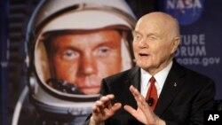 2012年2月20日,美国参议员约翰·格兰在俄亥俄首府哥伦布市通过卫星与国际空间站上的宇航员交谈。