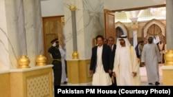 متحدہ عرب امارات کے وزیر اعظم شیخ محمد بن راشد المکتوم پاکستانی وزیر اعظم عمران خان کا استقبال کر رہے ہیں