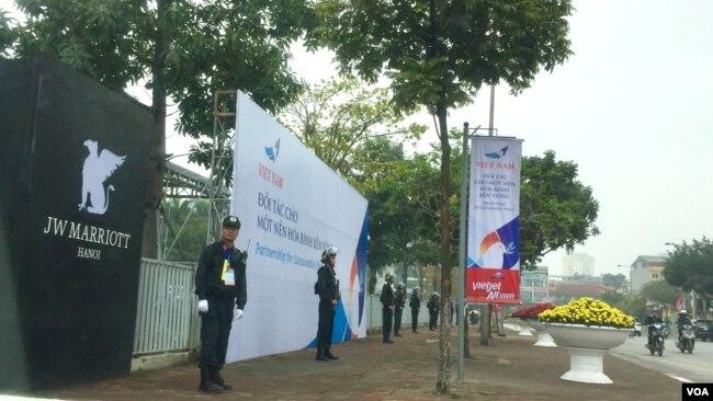 特朗普總統下榻的越南河內JW萬豪酒店門口警備森嚴。 酒店內部禁止任何形式的拍照與錄像,進入酒店並要經過安全檢查。 (美國之音黃耀毅拍攝)