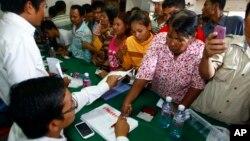 Pendukung Partai Penyelamat Nasional berkumpul memberikan bukti tanda jempol mereka saat melakukan protes karena nama mereka tidak terdaftar sebagai pemilih dalam Pemilu 28 Juli di Phnom Penh.