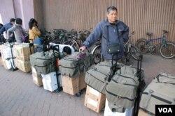 大批水貨客攜帶大量貨物排隊進入上水港鐵站,很多水貨客使用同款的背包