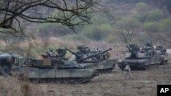 Xe tăng của Mỹ thực hiện cuộc diễn tập quân sự ở Paju, Hàn Quốc, gần biên giới với Bắc Hàn hôm 14/4.